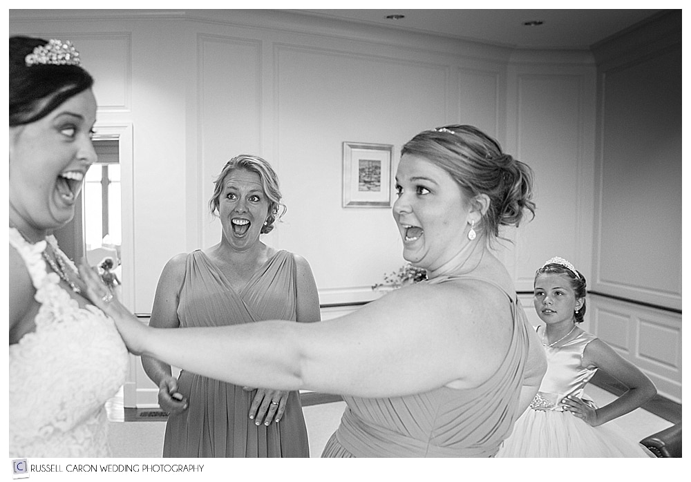 bride-and-sister-laughing