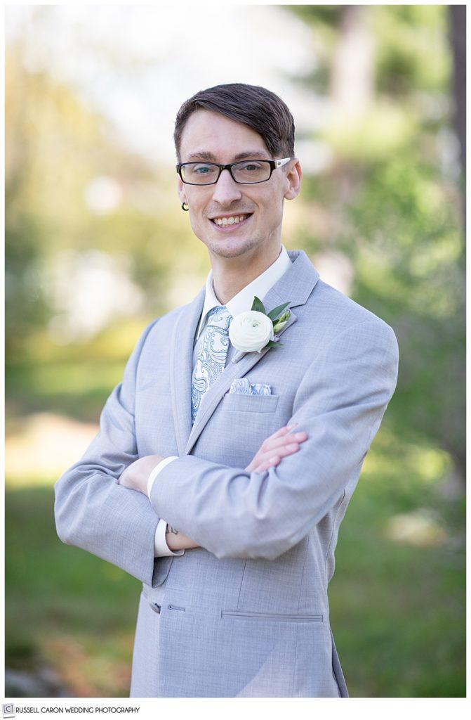 groom in a light gray tux